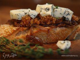 Кростини с инжиром и голубым сыром