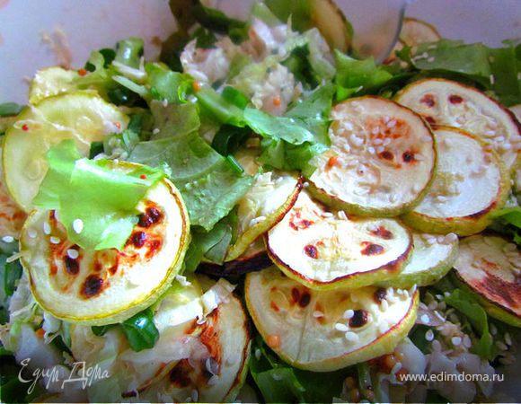 Зеленый салат с запеченными кабачками.