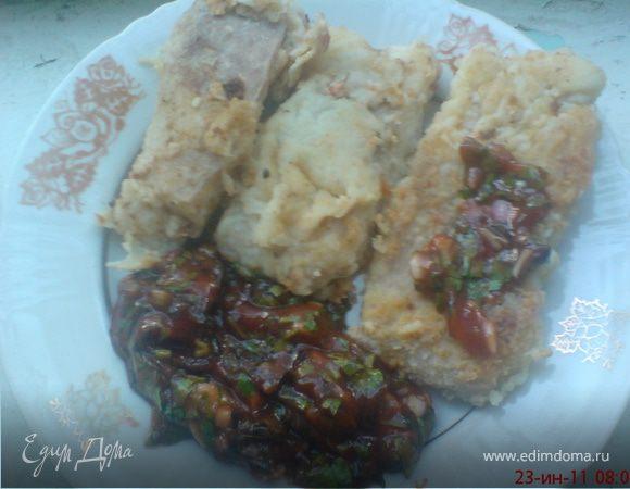Сомик под красным соусом с кинзой и базиликом.