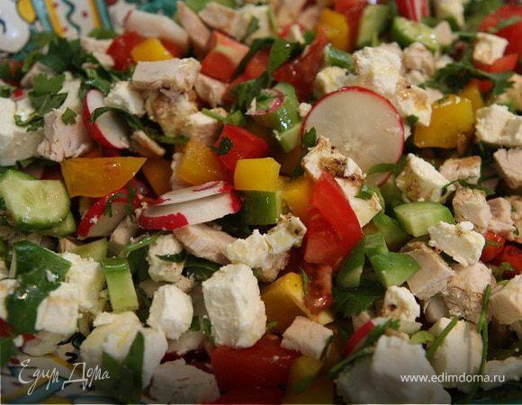 Восточный салат с фетой, курицей и помидорами