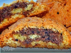 Печенье с ореховой и финиковой начинкой.