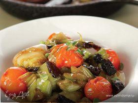 Лук-порей, тушеный с черносливом и помидорами черри