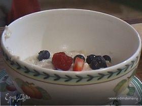 Овсяная каша с ягодами и сухофруктами