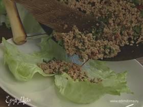Свинина на листьях салата