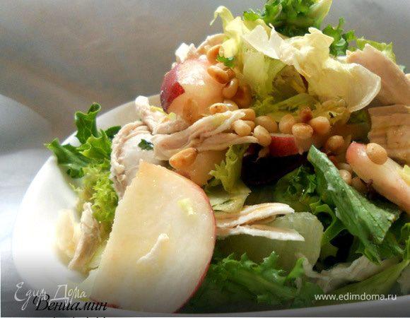 Салат с куриным филе, персиками и кедровыми орехами