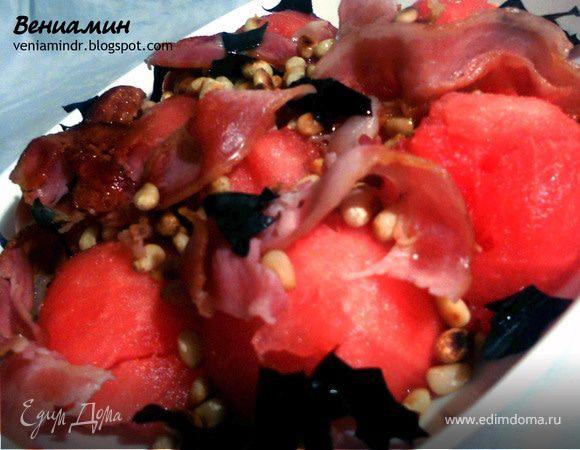 Салат с арбузом, хрустящим беконом и кедровыми орешками