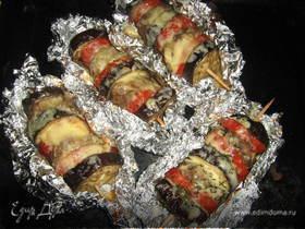 Баклажаны с мясным фаршем и сыром на шампуриках.