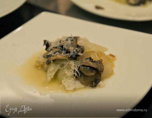 Сырые острые устрицы с хрустящим редисом и супом пюре из белой свеклы