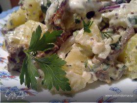 Теплый картофельный салат с лисичками и сметанным соусом.