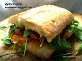 Сэндвич с печеными овощами, руколой и беконом