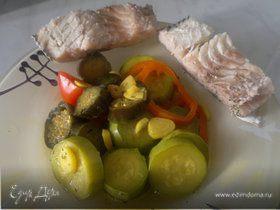 Отварная в пикантном бульоне сайра и овощи