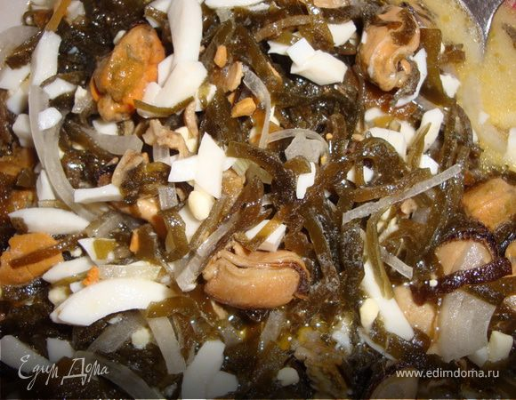 Салат из морской капусты с подкопченными мидиями