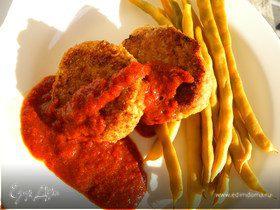 Сочные рыбные биточки со спаржевой фасолью и соусом из сладкого перца.