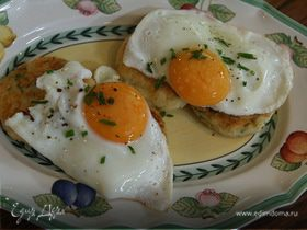 Жареные яйца с картофельными биточками
