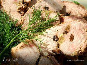 Свинина запеченная с черносливом и чесноком