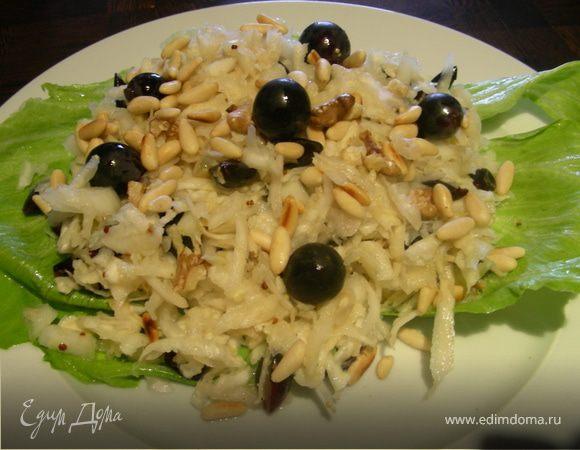 Освежающий салат из сельдерея, черного винограда и кедровых орешков