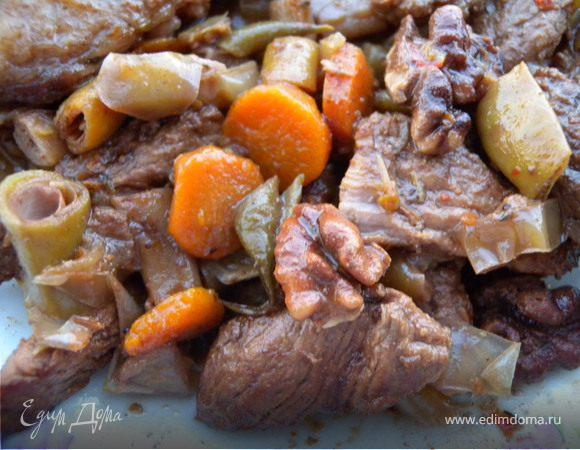 Говядина, тушенная со сладким перцем, фасолью и орехами