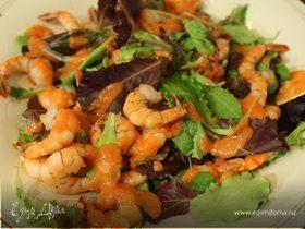 Салат с креветками, авокадо и домашним томатным соусом