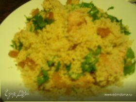 Теплый салат из кускуса с курицей, кинзой и изюмом