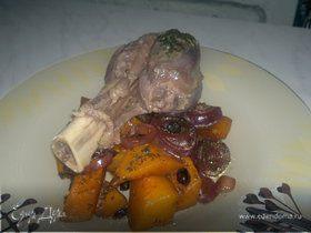 Голяшка барана и гарнир из сладкой тыквы и лука