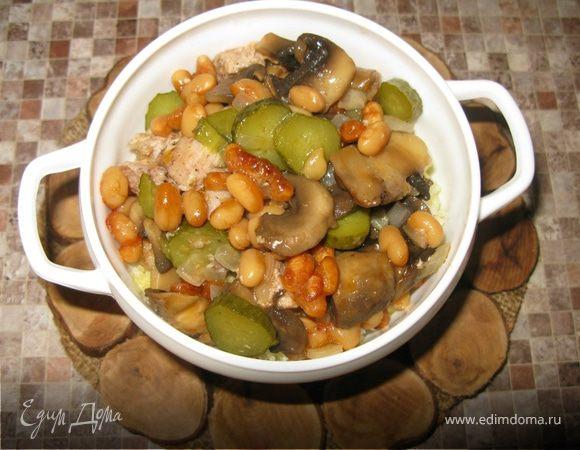 Свинина, запечённая с грибами и фасолью в духовке.