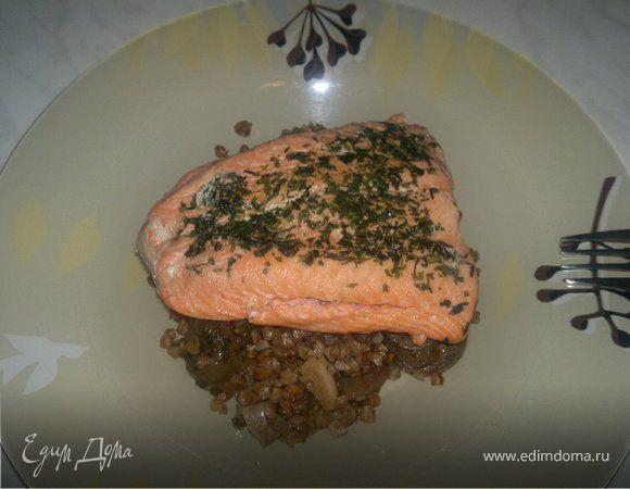 Гречетто с соевым соусом и луком и стейк из лосося в тимьяне.