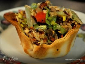 Куриный салат с беконом в чашах