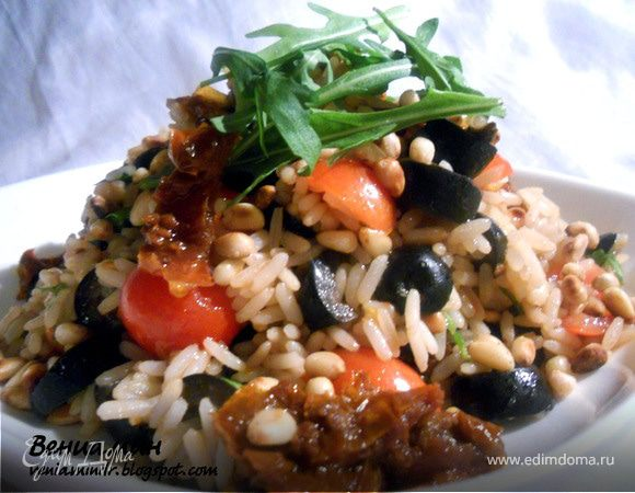Рисовый салат с вялеными помидорами и кедровыми орехами