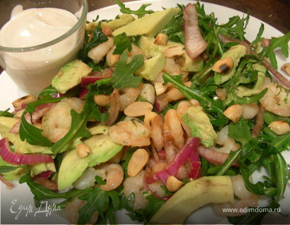 Салат с креветками, авокадо и арахисом