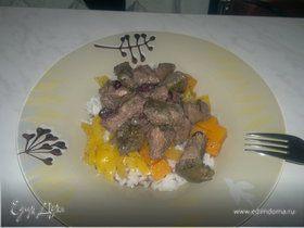 Печень в горшке с черной смородиной и белый рис с овощной поджаркой