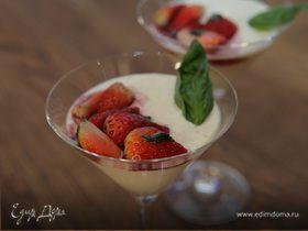Сливочный десерт с клубникой и базиликом
