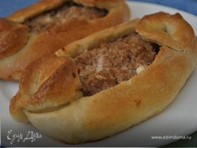 Пиде (Турецкая пицца) с фаршем, фетой и помидорами