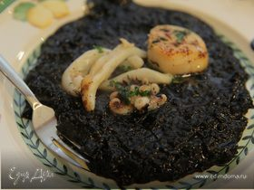 Черный рис с кальмарами и морскими гребешками