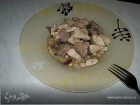 Похлебка из белой фасоли с бедром индейки и куриной грудкой, тушеный перец и красный лук