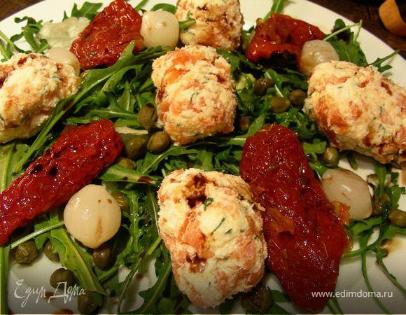 Закусочные шарики из копченого лосося и сыра и салат с ними