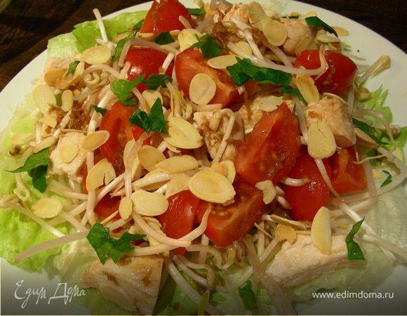 Куриный салат с миндалем, помидорами черри и ростками сои