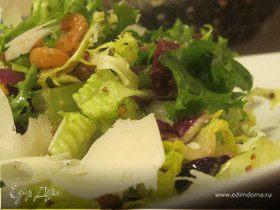 Салатный микс с креветками, пармезаном, хурмой и горчичной заправкой
