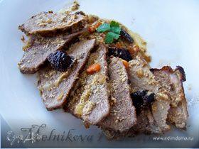Свинина с черносливом под сливочным соусом