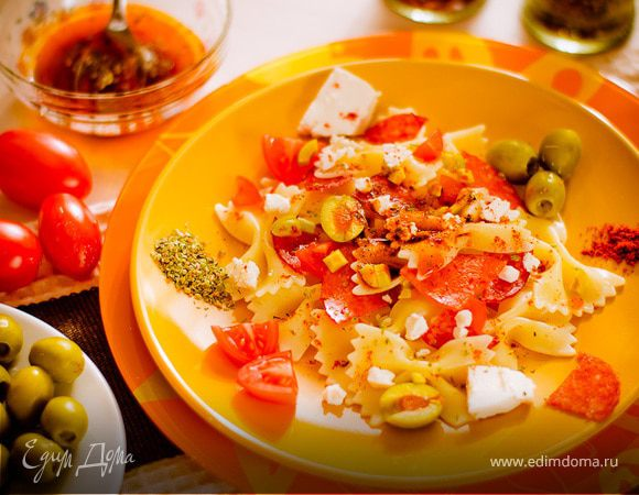 Салат с бантиками и паприкой