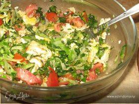 Теплый овощной салат с яйцом и капустой