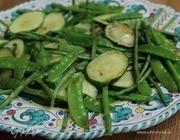 Теплый салат из цукини, фасоли и молодого гороха