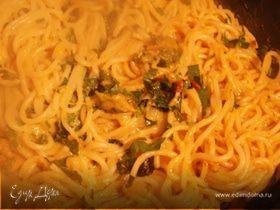Спагетти с оливками, травами и пармезаном