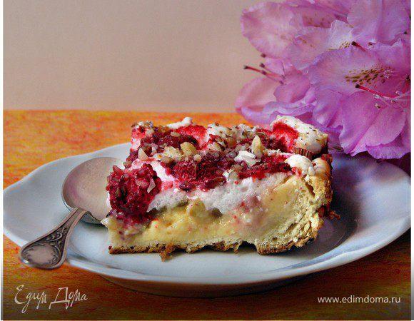 Пирог с ревенем и клубникой