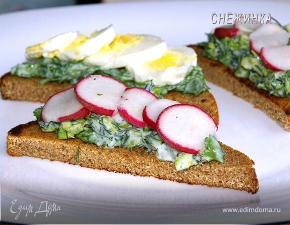 Тосты с руколой и яйцом, зеленью и редисом
