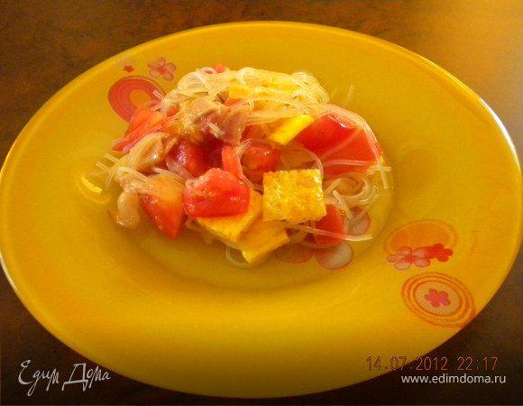 Теплый салат с беконом и фунчозой