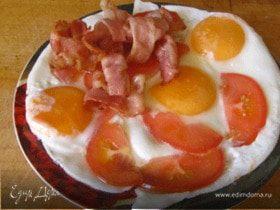 Яичница с беконом и помидорами
