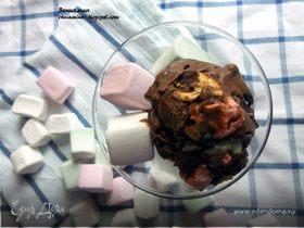Шоколадное мороженое с миндалем и маршмеллоу