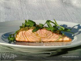 Жареное филе лосося под соусом песто с руколой