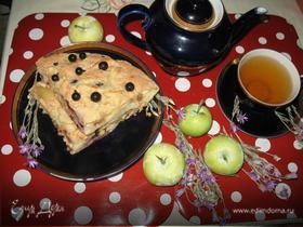 Яблочная шарлотка с черной смородиной