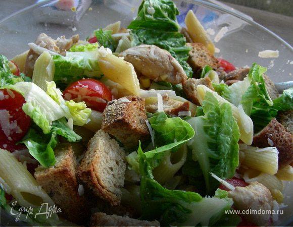 Салат с пастой, помидорчиками черри, пармезаном и курицей